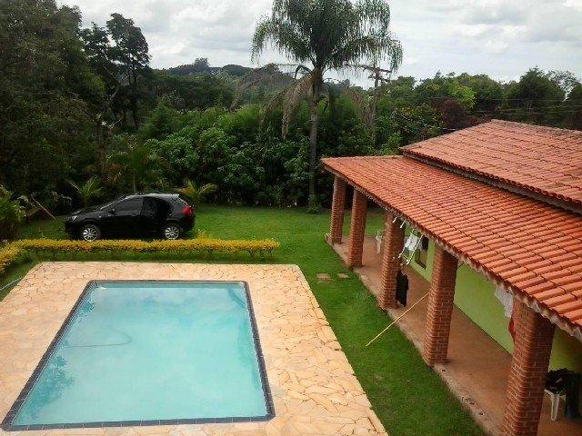 Casas de campo com varandas e piscinas