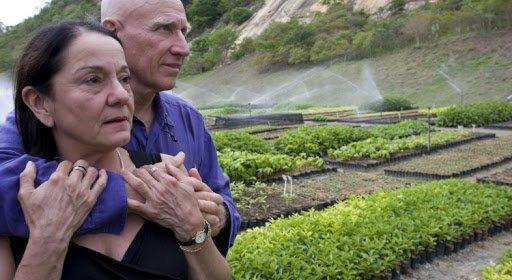 Sebastião Salgado ao lado de sua esposa no Instituto Terra